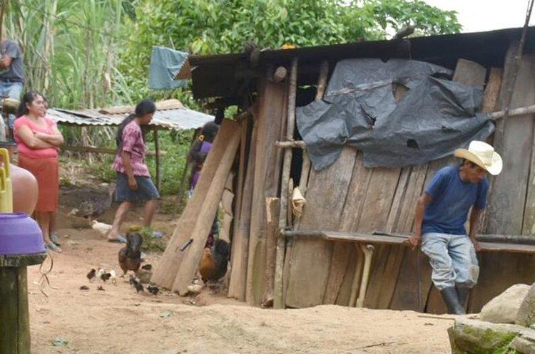 Vecinos observan el lugar donde fueron atacados con machete una madre y su hijo, en El Zompopero, Los Amates, Izabal. (Foto Prensa Libre: Dony Stewart)