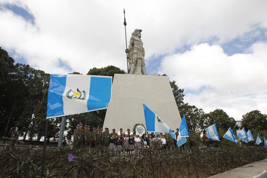 Homenaje a Tecún Umán en el monumento al héroe nacional. (Foto: Hemeroteca PL)