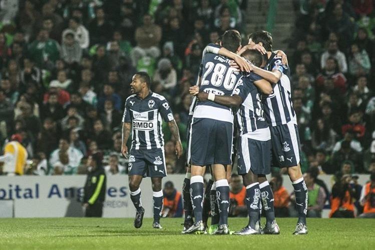 Los jugadores del Monterrey celebran el gol de Cardona en el triunfo contra el Santos el fin de semana. (Foto Prensa Libre: AFP)