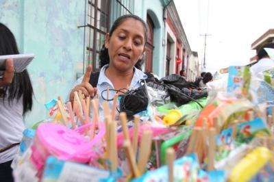 Durante 20 años Yaneira González vende chupetes. (Foto Prensa Libre: Paulo Raquec)