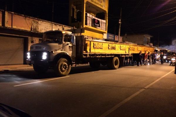 <p>Católicos cargan apoyados de un camión, un anda que se usará en una  procesión del Domingo de Ramos. (Foto Prensa Libre: Eduardo Sam)</p>