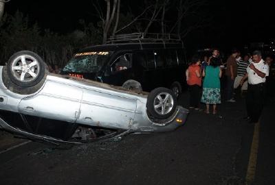 Según testigos,  el vehículo particular era conducido a excesiva velocidad y colisionó con el microbús. (Foto Prensa Libre: Rolando Miranda)