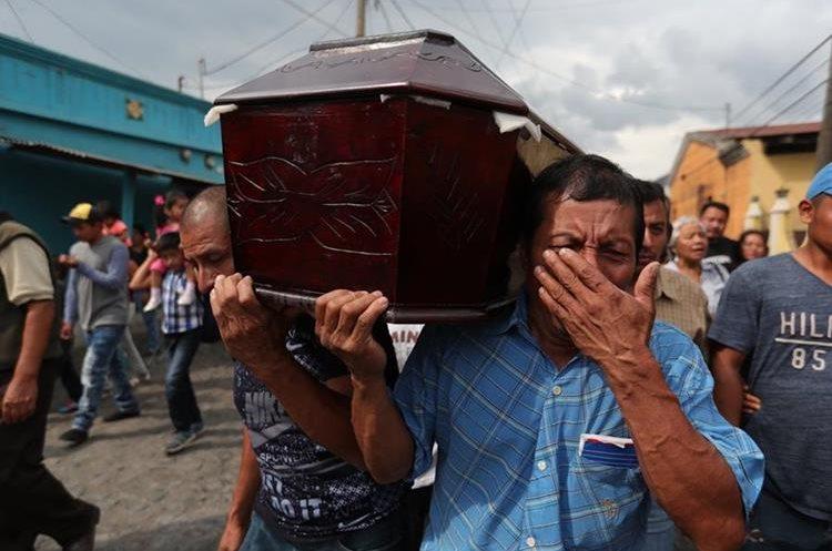 Familiares cargan el ataúd con los restos de Concepción Hernández, quien murió a causa de las graves quemaduras que sufrió durante la erupción del Volcán de Fuego. (Foto Prensa Libre: Estuardo Paredes).
