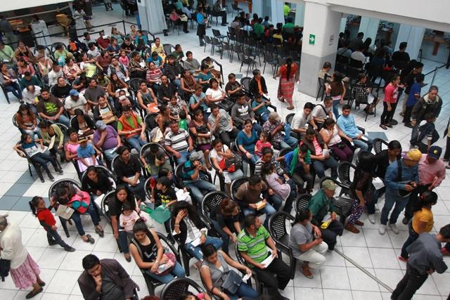 Cada año miles de personas acuden al Renap a gestionar la impresión del certificado de nacimiento. (Foto Prensa Libre: Hemeroteca PL)