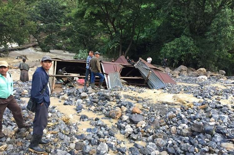 Así quedó una comunidad en Pantic, entre Tamahú y Tucurú, Alta Verapaz, luego de que un cerro cayera sobre varias viviendas. (Foto Prensa Libre: Hemeroteca PL)
