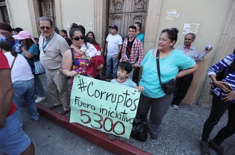 Los manifestantes mostraron su inconformidad con varias iniciativas de ley que impulsan los diputados.