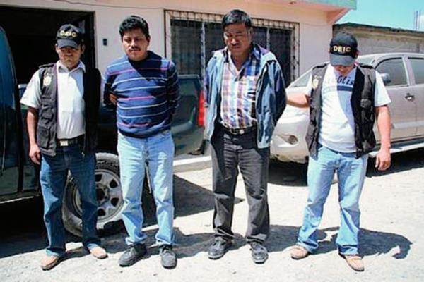 Bersaín Oligario Matías (derecha) y Álvaro Pérez Escalante fueron detenidos por la Policía. (Foto Prensa Libre: Mike Castillo)