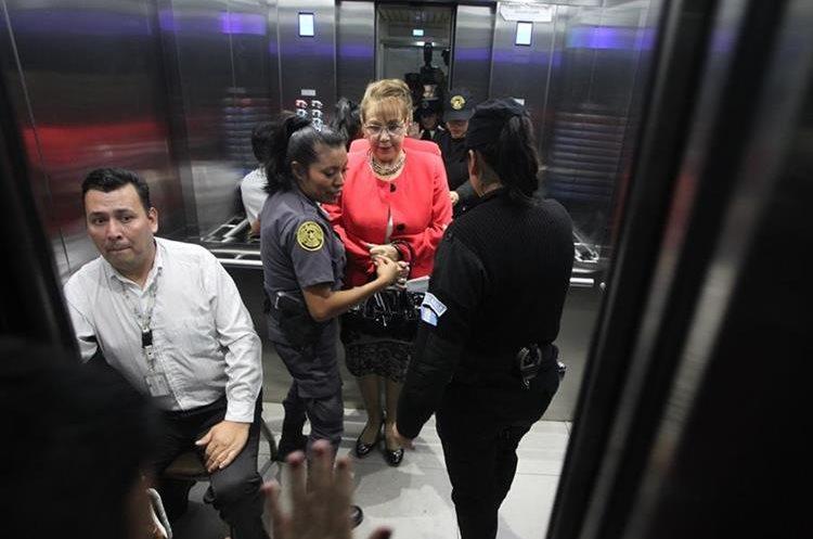 Blanca Stalling al momento de salir de la Torre de Tribunales. Foto Prensa Libre: Érick Ávila.