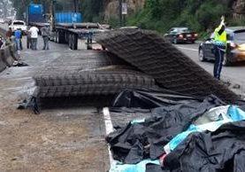 Derrame de combustible y carga de trailer que volcó anoche afectaron movilidad en cuesta de Villa Lobos. (Foto Prensa Libre: Dalia Santos)