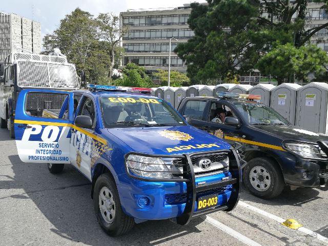 En un acto público las autoridades del Ministerio de Gobernación presentaron un nuevo color de autopatrullas. (Foto Prensa Libre: Óscar Rivas)