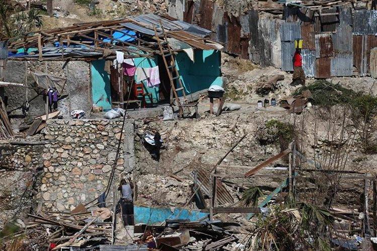 Habitantes de Jeremie, Haití tratan de sobreponerse a uno de los peores desastres naturales que los ha azotado, el huracán Matthew que dejó cientos de víctimas. (Foto Prensa Libre: EFE).