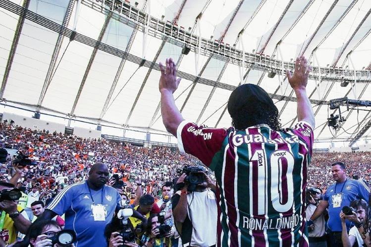 Ronaldinho Gaúcho se presenta ante los aficionados de Fluminense, su nuevo club, en el estádio de Maracaná, antes del partido contra Vasco da Gama. (Foto Prensa Libre: EFE)