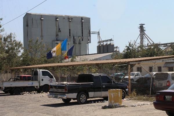 <p>Trabajadores permanecen fuera de la planta procesadora. (Foto Prensa Libre: Carlos Paredes)</p>