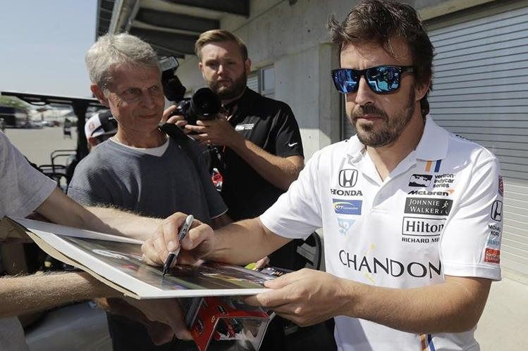 El piloto español Fernando Alonso, dos veces campeón mundial de Fórmula uno, figura con el número 29 en la lista oficial de 33 inscritos en las 500 millas de Indianápolis. (Foto Prensa Libre: AFP)