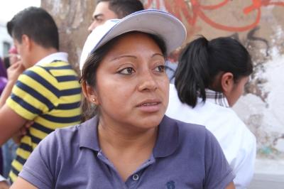 Flor de María Pacheco vende comida entre las procesiones. (Foto Prensa Libre: Paulo Raquec)