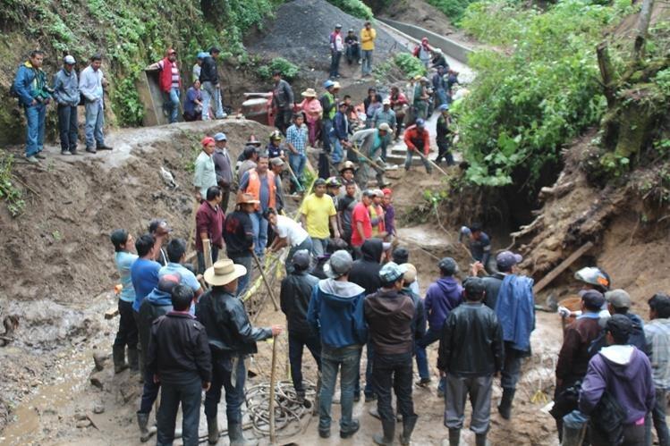 Socorristas y vecinos de Sololá rescatan cuerpo de albañil soterrado. (Foto Prensa Libre: Ángel Julajuj)