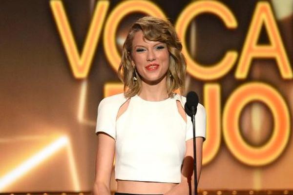 <p>Taylor Swift durante la 49 edición de los Premios Anuales de la Música Country, en abril de 2014 en Las Vegas. (Foto Prensa Libre: AFP)</p>