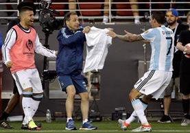 Así celebró Di María el gol que anotó a la selección de Chile. (Foto Prensa Libre: AFP).