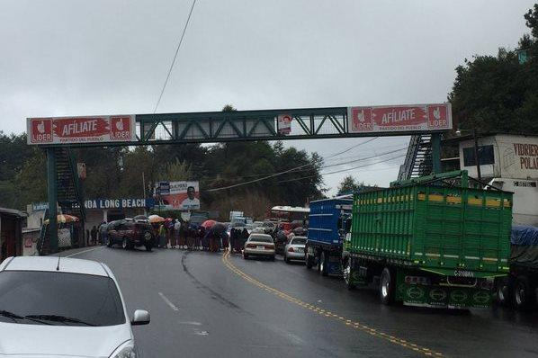 En Los Encuentros, Sololá, pobladores bloquean ruta Interamericana.