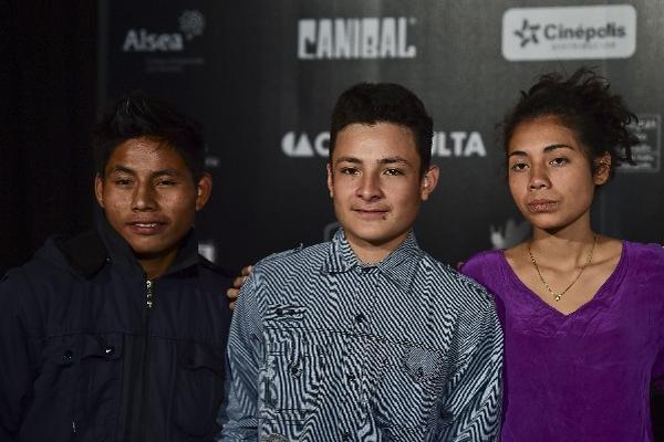 <p>El actor mexicano Rodolfo Dominguez junto a los actores guatemaltecos Brandon López y Karen Martínez protagonizan La jaula de oro (Foto Prensa Libre: AFP)<br></p>