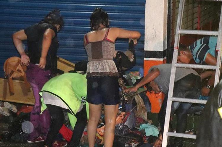 Los propietarios del almacén no podían creer lo que pasó. (Foto Prensa Libre: Cristian Soto)