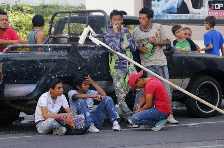 Compañeros de Elver con quienes trabajaba como ayudante de pintor.(Prensa Libre: Rolando Miranda)
