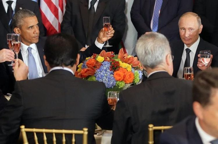 EFE/EUA CARIBE SHM67 NUEVA YORK (NY, EE.UU.), 28/09/2015.- El presidente estadounidense Barack Obama (i) brinda con su homólogo ruso, Vladimir Putin (d), durante el almuerzo oficial ofrecido por el secretario general de la ONU, Ban Ki-moon, a los jefes de Estado y Gobierno que asisten a la Asamblea General del organismo en Nueva York (EE.UU.) hoy, lunes 28 de septiembre. Obama y Putin flanqueaban a Ban en una de las mesas dispuestas para el almuerzo y los fotógrafos captaron el brindis entre ambos, con el presidente estadounidense con rostro serio y el líder del Kremlin sonriendo. Los dos mandatarios hablaron durante la mañana ante la Asamblea General de la ONU y quedaron claras sus diferencias ante el conflicto en Siria, antes de la reunión bilateral que celebrarán en unas horas para abordar ese tema y la crisis ucraniana. EFE/MIKHAIL METZEL/TASS/KREMLIN POOL