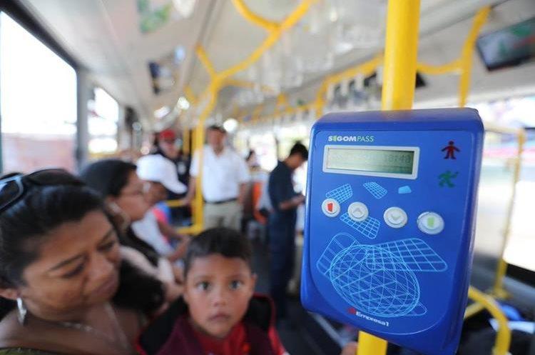 Vecinos de la colonia Primero de Julio, zona 5 de Mixco, viajan en el autobús eléctrico hacia la zona 1 de la capital. (Foto Prensa Libre: Érick Ávila)