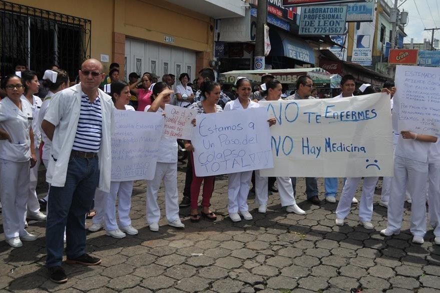 Médicos y paramédicos del Hospital Regional de Coatepeque,Quetzaltenango, protestan por falta de medicamentos. (Foto Prensa Libre: Alexánder Coyoy)