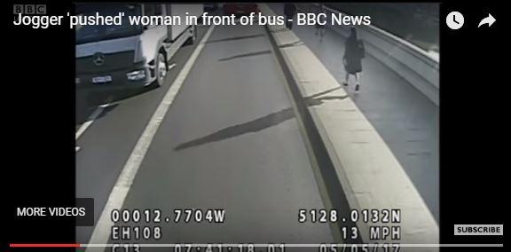 Cámara capta el momento en que hombre empuja a una mujer. (Captura de YouTube)