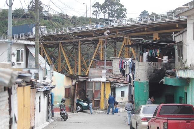 Una de las dificultades que las empresas señalan para la reparación del puente Belice es la población asentada debajo de la estructura. (Foto Prensa Libre: Érick Ávila)