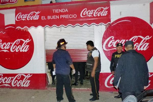 <p>Autoridades examinan escena del crimen, en tienda de El Progreso, donde Kevin López Pérez, de 20 años, perdió la vida. (Foto Prensa Libre: Héctor Contreras)<br></p>