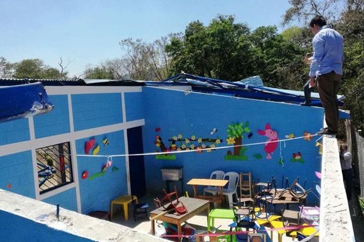 Un vecino observa el estado en el que quedó la escuela de párvulos de la aldea Estanzuela, Nueva Santa Rosa. (Foto Prensa Libre: Cortesía)