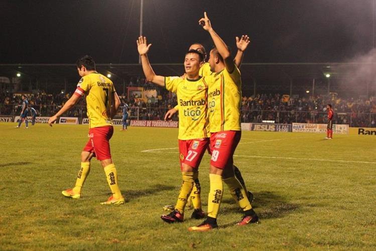 Marquense se impone a Municipal en el estadio Marquesa de la Ensenada. (Foto Prensa Libre: Aroldo Marroquín)