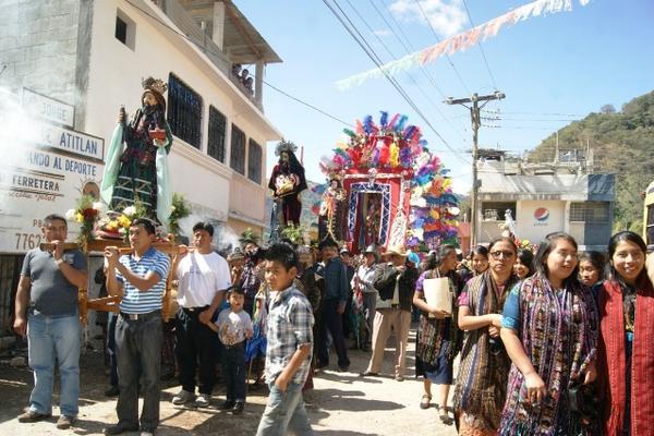 Pobladres de San Jorge La Laguna acompañan cortejo procesional. (Foto Prensa Libre: Edgar René Sáenz)
