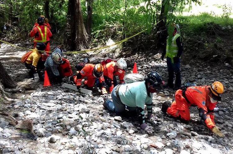 Durante el curso, en Huehuetenango, los socorristas aprendieron a cómo protegerse durante un rescate. (Foto Prensa Libre: Mike Castillo)