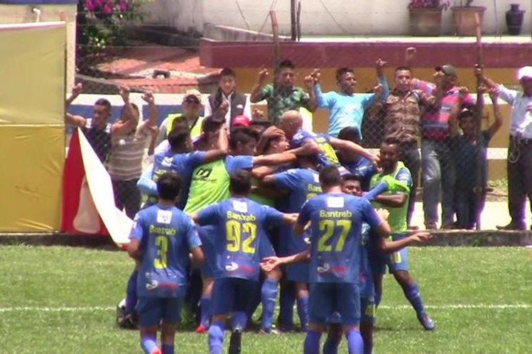 Celebración de los jugadores de Cobán del gol de Rodolfo González que le dio la victoria al cuadro cobanero contra Carchá. (Foto Prensa Libre: Eduardo Sam).