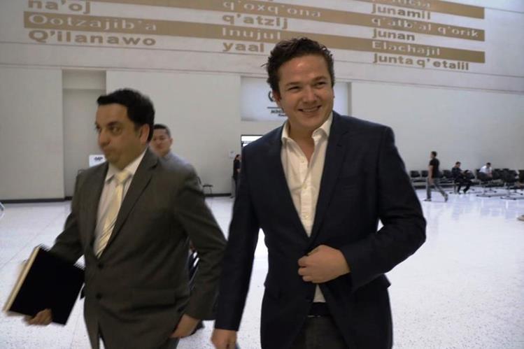 Rodrigo Arenas —d— llegó ayer a la Fiscalía para declarar por donaciones que empresas relacionadas con Sinibaldi hicieron. (Foto Prensa Libre: Hemeroteca PL)