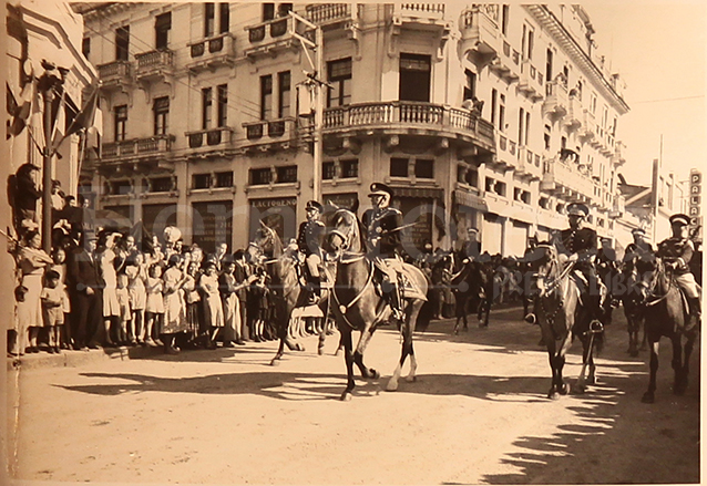 El general Ubico durante un desfile por la sexta avenida. (Foto: Hemeroteca PL)