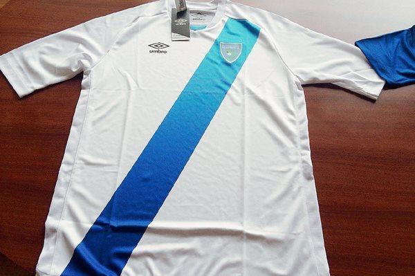 Este es el diseño actual de la camisola de la Azul y Blanco. (Foto Prensa Libre: Hemeroteca PL)