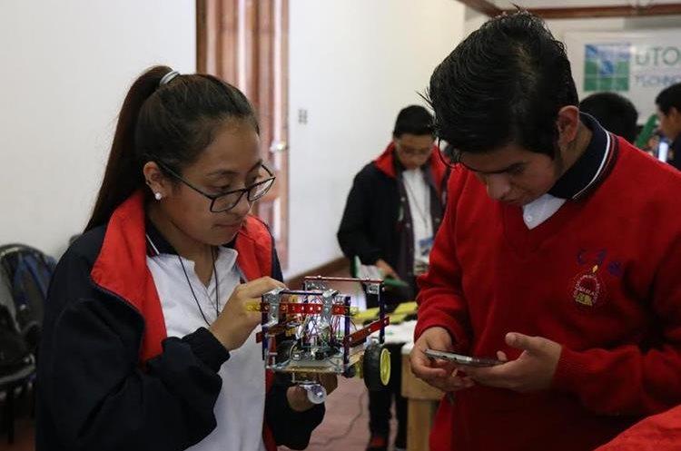 Dulce Méndez y Samuel Tuy, de Sololá, se alistan  para presentar sus inventos en la exposición de robótica y tecnología Soy Inventor, en Casa No'j, Xela. (Foto Prensa Libre: María Longo)
