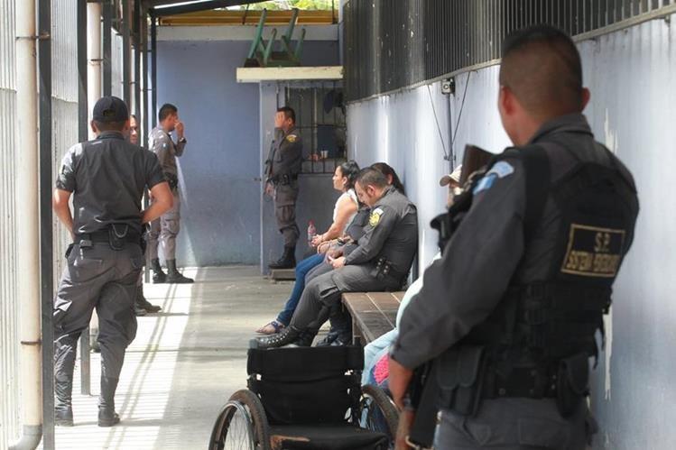 Guardias de Presidios prestan seguridad a privados a reos que permanecen en el Hospital General San Juan de Dios, en donde son atendidos de diversas dolencias. (Foto Prensa Libre: Hemeroteca)