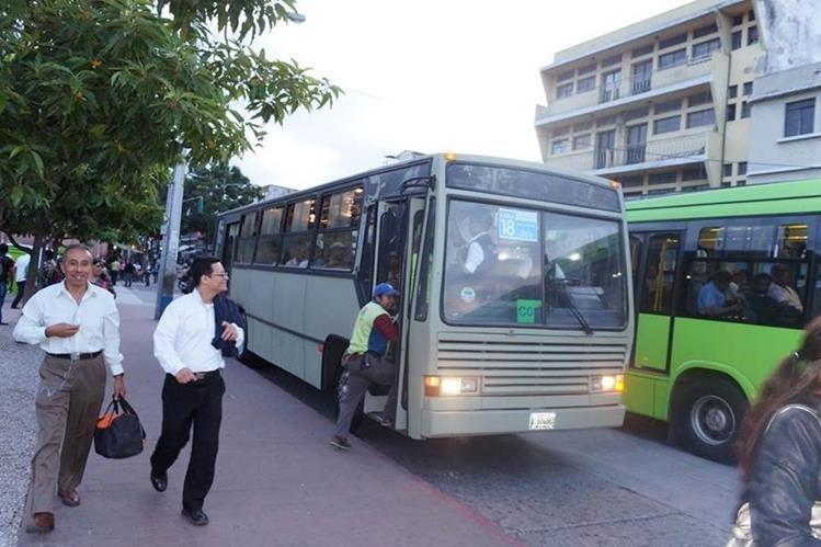 Pasajeros abordan unidades de color gris del servicio Transmetro que cubren ruta de la zona 18. (Foto Prensa Libre: Tomada de Facebook)