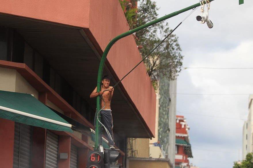 Un supuesto vendedor detruye las cámaras de vigilancia de la municipalidad. (Foto Prensa Libre: Esbin García)