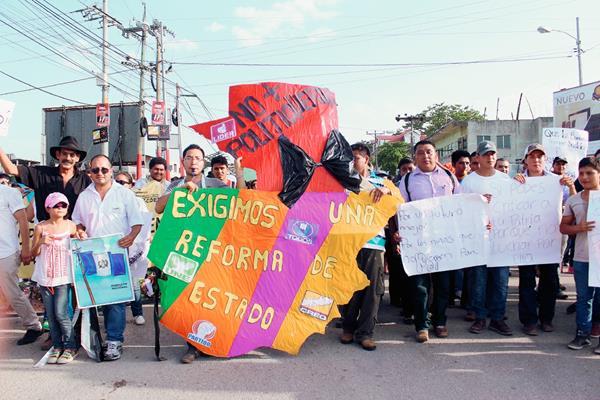 Estudiantes repudian la corrupción, en  Santa Elena, Flores, Petén. (Foto Prensa Libre: Rigoberto Escobar)