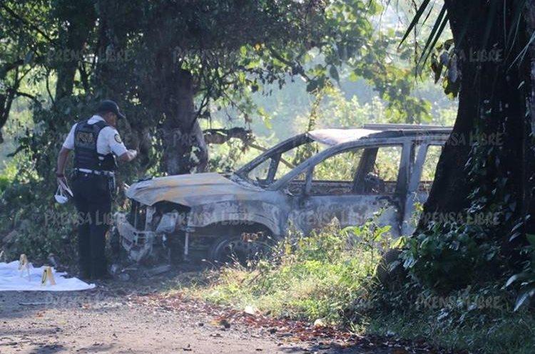 Agentes de la PNC revisan vehículo localizado en el Puerto San José, Escuintla. (Foto Prensa Libre: Carlos E. Paredes)