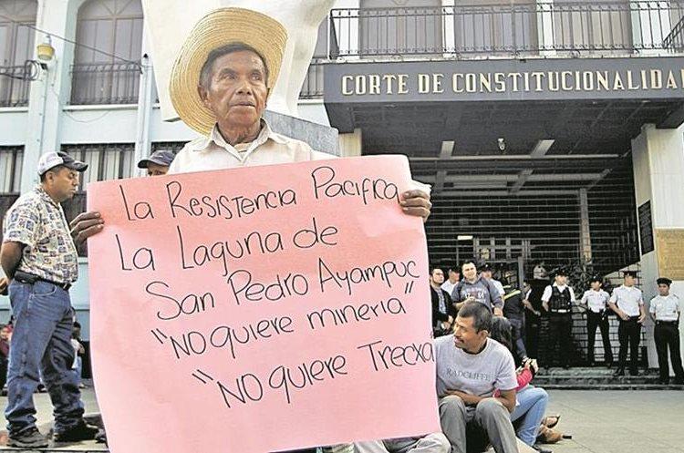 Protesta en contra de la mina de La Puya frente al a Corte de Constitucionalidad donde exigen a los magistrados que no quieren la mina. (Foto Prensa Libre: Érick Ávila)