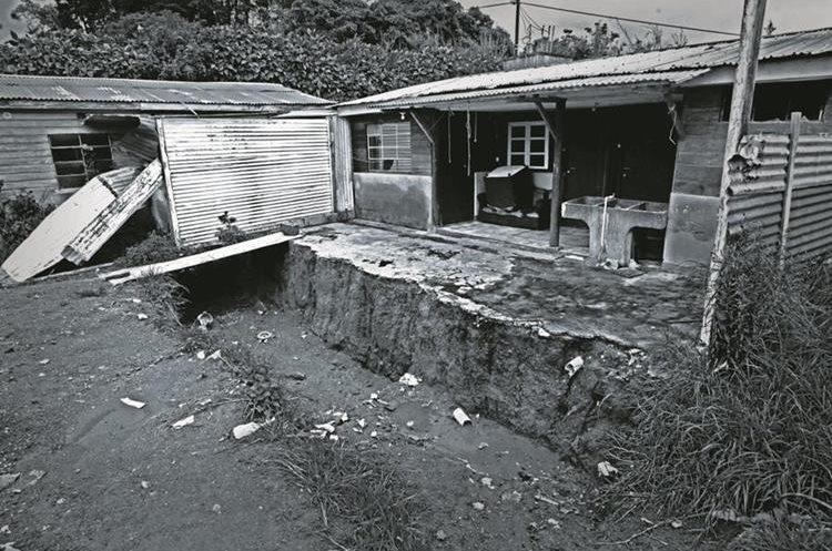 En el patio trasero de la casa descubrieron una fosa con varios cadáveres descuartizados enterrados. (Foto Prensa Libre: Érick Ávila)