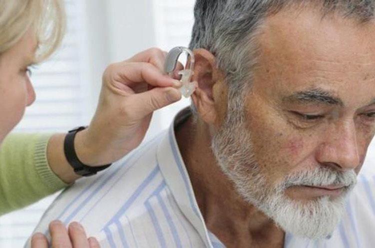 Se estima que 1 de cada 20 adultos y más de un tercio de la población geriátrica tiene un tapón parcial o total del oído. (HOMBRE MAYOR DURANTE UNA REVISI