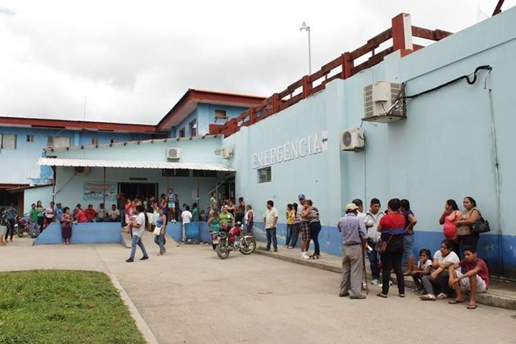 Estudiantes, amigos y familiares de Julio Antonio Penados Sincuir esperan información en la emergencia del Hospital Regional de San Benito. (Foto Prensa Libre: Rigoberto Escobar)